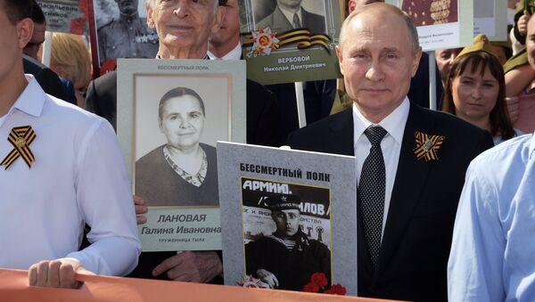 """Predsednik Rusije Vladimir Putin tokom akcije """"Besmrtni puk"""" u Moskvi - Sputnik Srbija"""