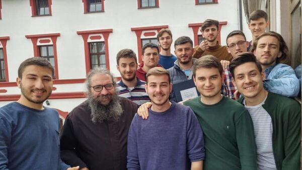Poziranje na čika Simninom balkonu sa ocem Ignjatijem - uspomena na maturske dane u Carskom gradu. - Sputnik Srbija