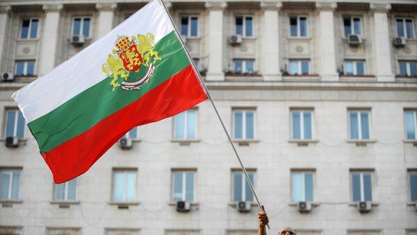 Демонстрант носи заставу Бугарске на протестима против владе у Софији - Sputnik Србија