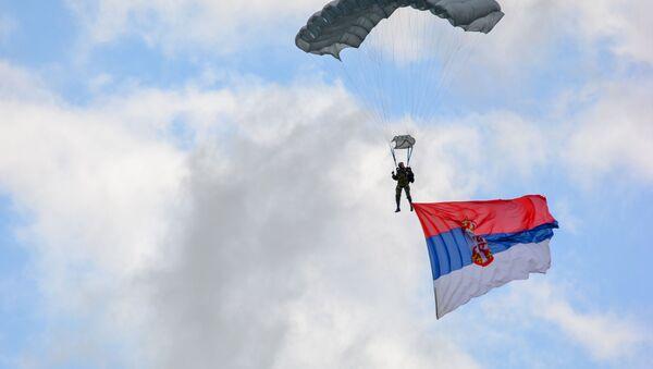 Padobranac sa srpskom zastavom  - Sputnik Srbija