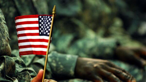 Амерички војник са заставицом САД - Sputnik Србија