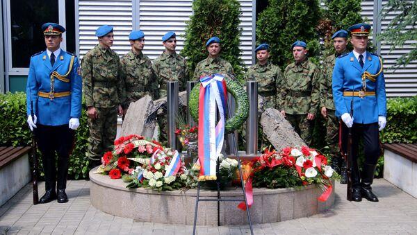 Полагање венаца испред болнице Драгиша Мишовић - Sputnik Србија
