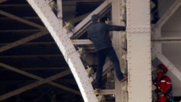 Мушкарац се пење на торањ: Евакуисана Ајфелова кула - Sputnik Србија