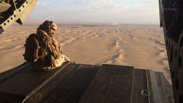 Војник Уједињених Арапских Емирата надлеће Јемен у хеликоптеру - Sputnik Србија