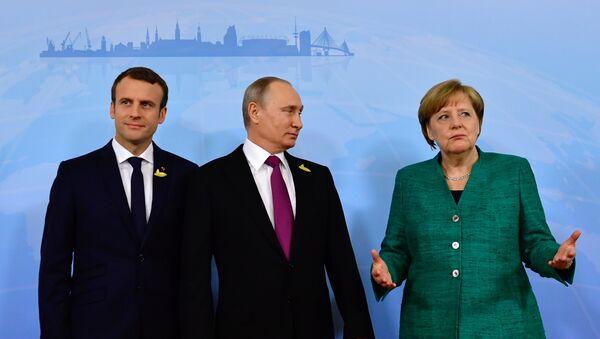 Председник Француске Емануел Макрон, председник Русије Владимир Путин и немачка канцеларка Ангела Меркел пре састанка у Хамбургу - Sputnik Србија