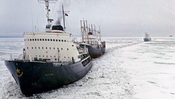 Ледоломац Москва води караван бродова кроз арктички лед - Sputnik Србија