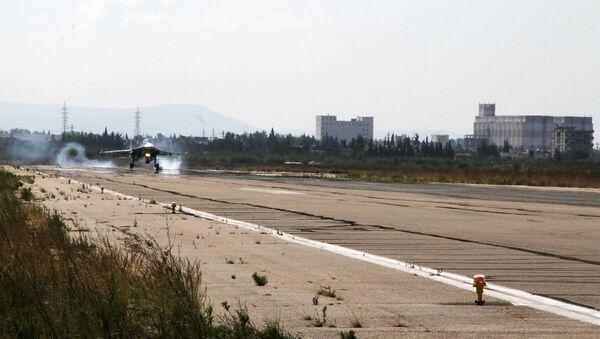 Ruski lovac-bombarder Su-34 sleće u avio-bazu Hmejmim u Siriji - Sputnik Srbija