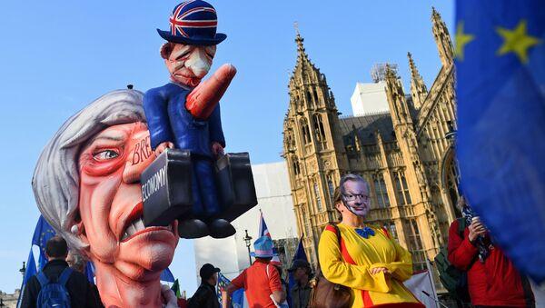 Lutka Tereze Mej ispred zgrade Parlamenta Velike Britanije u Londonu. - Sputnik Srbija