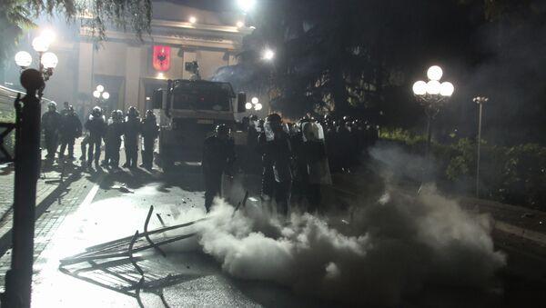 Полиција сузавцем растерује демонстранте у Тирани - Sputnik Србија
