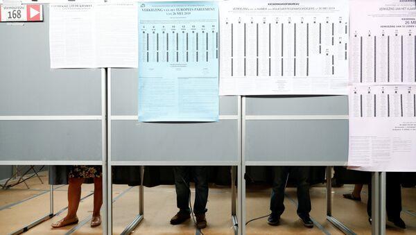 Glasanje na izborima za Evropski parlament u Dernu, Belgija. - Sputnik Srbija