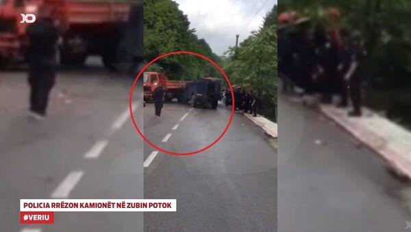 Албанска полиција руши српску барикаду - Sputnik Србија