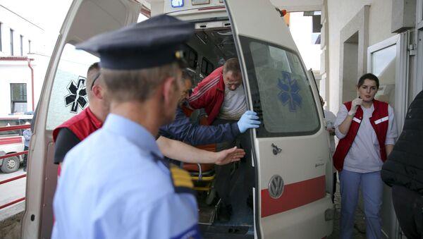 Dovođenje uhapšenih u službu hitne pomoći u Kosovskoj Mitrovici na Kosovu i Metohiji - Sputnik Srbija