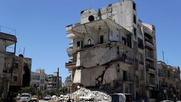 Oštećena zgrada u sirijskom gradu Idlib - Sputnik Srbija