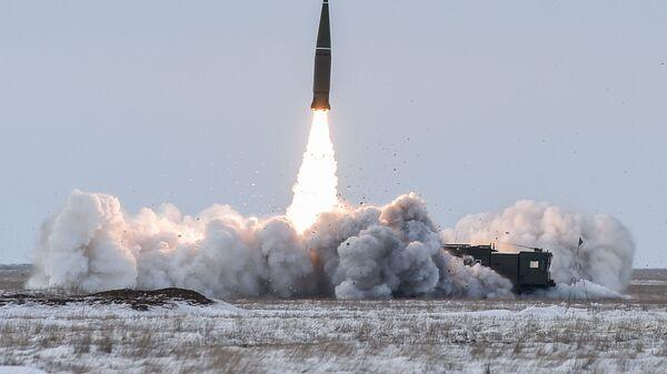 Lansiranje balističke rakete operativno-taktičkog raketnog sistema Iskander M sa poligona u Astrahanskoj oblasti - Sputnik Srbija