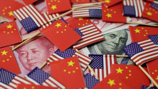 Američka i kineska novčanica okružene zastavama - Sputnik Srbija
