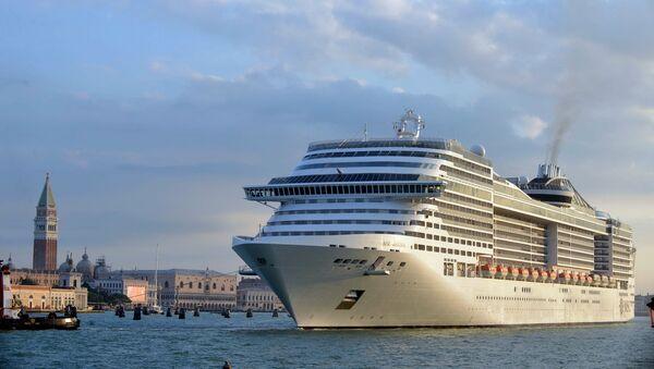 Kruzer na pristaništu u Veneciji - Sputnik Srbija