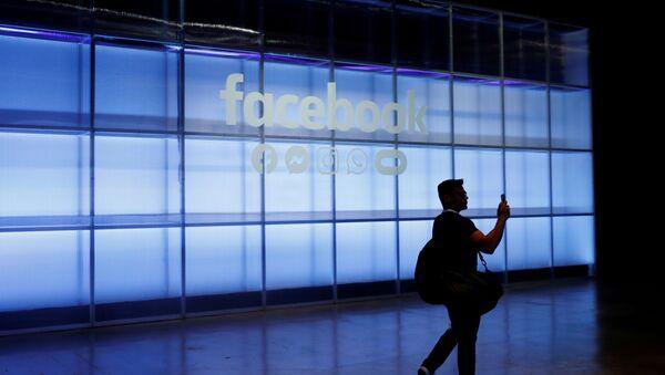 Човек фотографише знак Фејсбука на Фејсбуковој Ф 8 развојној конференцији у Сан Хозеу, САД, 30. април 2019. - Sputnik Србија