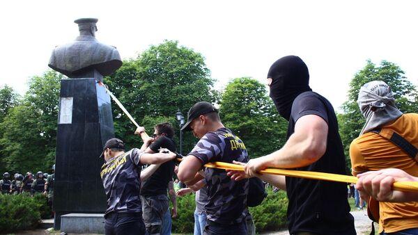 Nacionalisti uništili bistu maršala Žukova u Harkovu - Sputnik Srbija
