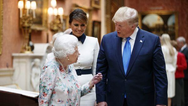 Меланија и Доналд Трамп са британском краљицом Елизабетом - Sputnik Србија