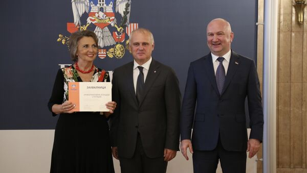Уручење признања главној уредници Спутњика Љубинки Милинчић - Sputnik Србија