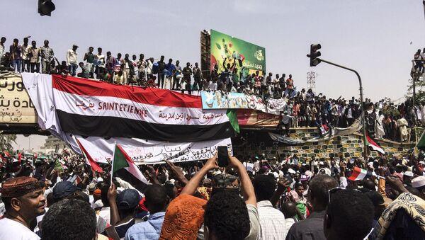 Демонстранти у главном граду Судана Картуму 12. априла 2019. - Sputnik Србија