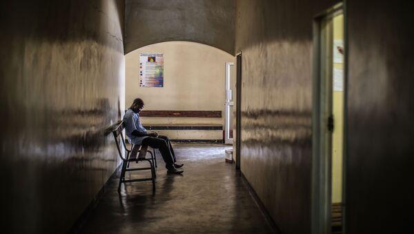 Човек снимљен у Лусаки (Замбија) док чека на тестирање на вирус ХИВ. - Sputnik Србија