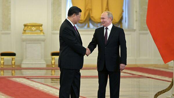 Predsednici Rusije i Kine Vladimir Putin i Si Đinping pre sastanka u Kremlju - Sputnik Srbija