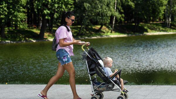 Мајка шета дете у парку Усадба Михалково - Sputnik Србија