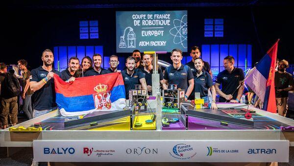 Конкурси Фонда за науку очекују и оне који су управо крочили у свет нових сазнања - екипа Факултета техничких наука на победничком постољу светксог такмичења из роботике. - Sputnik Србија