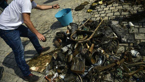 Смеће извучено на морску обалу после чишћења - Sputnik Србија