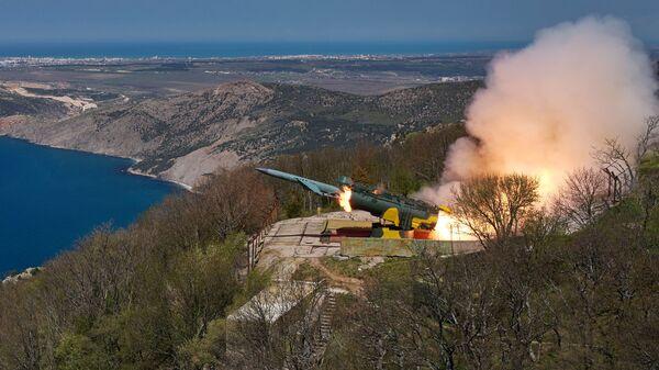 Lansiranje krstareće rakete na morsku metu iz obalskog raketnog sistema Utjos tokom taktičkih vojnih vežbi Crnomorske flote na Krimu - Sputnik Srbija