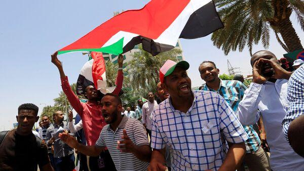 Демонстранти испред Централне банке у Судану - Sputnik Србија