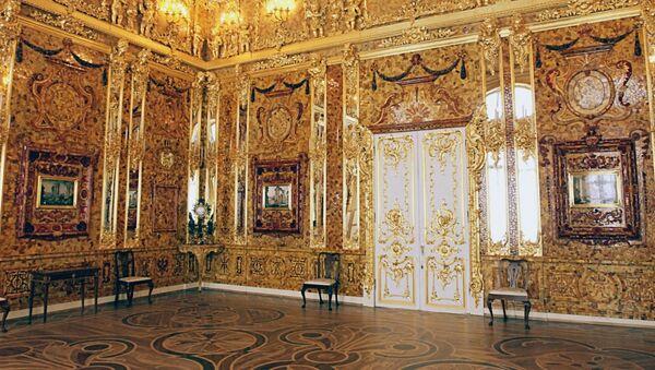 Ćilibarska soba u Ekaterininom dvorcu u Carskom selu u blizini Sankt Peterburga - Sputnik Srbija