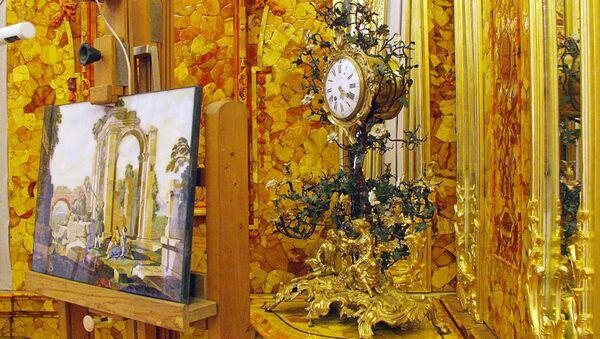 Istočni ugao sa satom u Ćilibarskoj sobi Ekaterininog dvorca u Carskom selu u blizini Sankt Peterburga - Sputnik Srbija