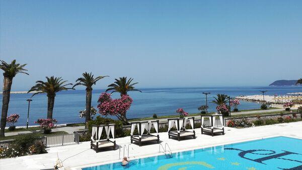 Iako je lučki grad, Bar u svom srcu ima i prelepu gradsku plažu na koju se najlepši pogled pruža iz hotela Princeza na Topolici. - Sputnik Srbija