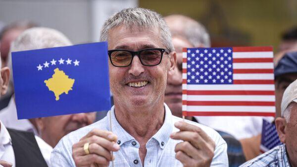 Косовски Албанац у рукама држи заставе САД и такозваног Косова - Sputnik Србија
