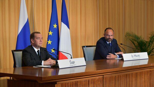 Премијери Русије и Француске Дмитриј Медведев и Едуар Филип на састанку у Лавру - Sputnik Србија