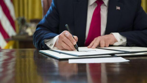 Председник САД Доналд Трамп потписује у Белој кући наредбу за пооштравање санкције Ирану - Sputnik Србија