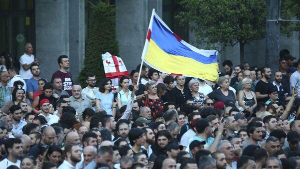 Демонстранти на протесту против руских парламентараца испред зграде скупштине у Тбилисију - Sputnik Србија
