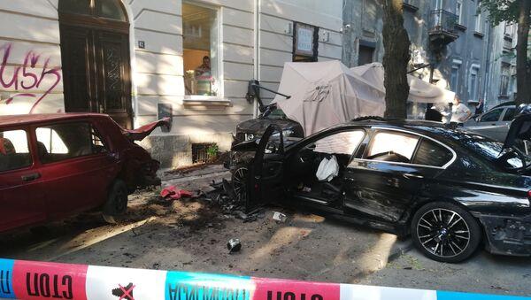 Аутомобил улетео у башту кафића у београдској Улици Страхињића Бана, има повређених. - Sputnik Србија