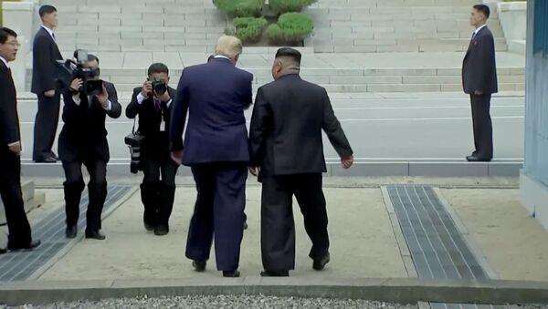 Амерички председник Доналд Трамп и севернокорејски лидер Ким Џонг Ун у демилитаризованој зони на Корејском полуострву - Sputnik Србија