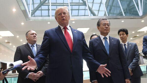 Predsednici Sjedinjenih Američkih Država i Južne Koreje, Donald Tramp i Mun Džae In, nakon sastanka sa severnokorejskim liderom Kim Džong Unom u demilitarizovanoj zoni Korejskog poluostrva - Sputnik Srbija