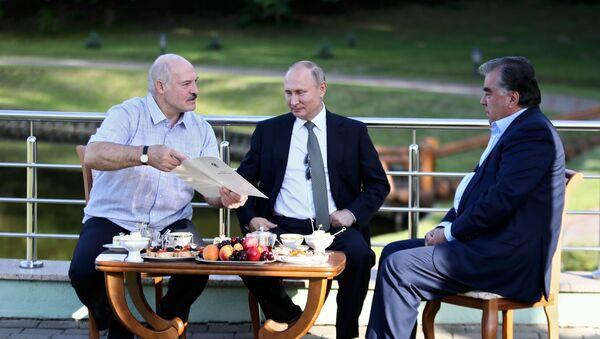 Руски председник Владимир Путин је имао неформални сусрет са белоруским колегом Александром Лукашенком у Минску. Састанку се придружио и председник Таџикистана Емомали Рахмон, саопштила је прес-служба Кремља. - Sputnik Србија