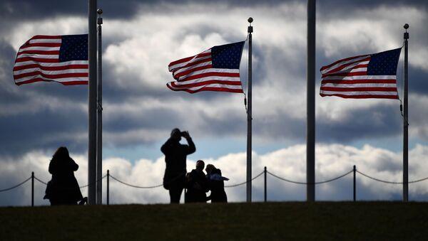 Turisti pored američkih zastava u Vašingtonu - Sputnik Srbija