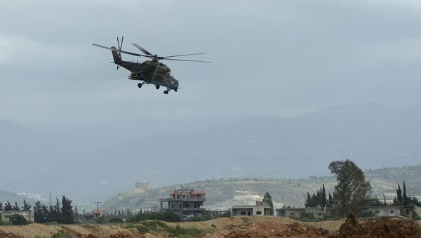 Ruski helikopter Mi-35 obleće aviobazu Hmejmim u Siriji - Sputnik Srbija