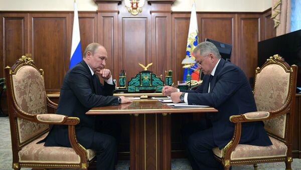 Predsednik Rusije Vladimir Putin i ministar odbrane Sergej Šojgu - Sputnik Srbija