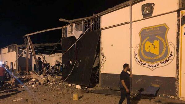 Zgrada centra za ilegalne migrante u predgrađu Tripolija oštećena u vazdušnom napadu. - Sputnik Srbija