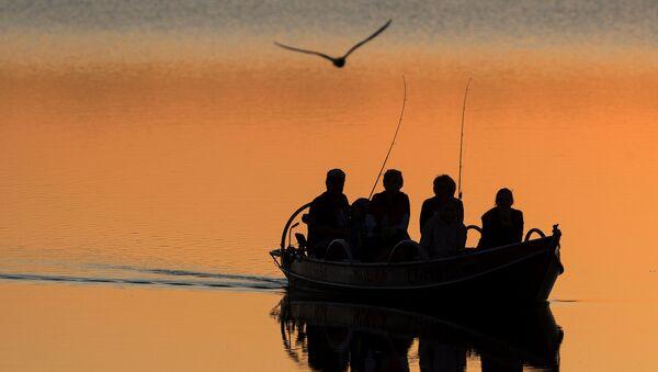 Локални рибари на језеру Лушјај у близини литванског града Игналина - Sputnik Србија