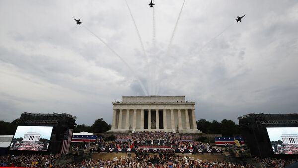 Američki predsednik Donald Tramp sa suprugom Melanijom, potpredsednik Majk Pens sa suprugom Karen i ostale zvanice tokom proslave Dana nezavisnosti u Vašingtonu - Sputnik Srbija