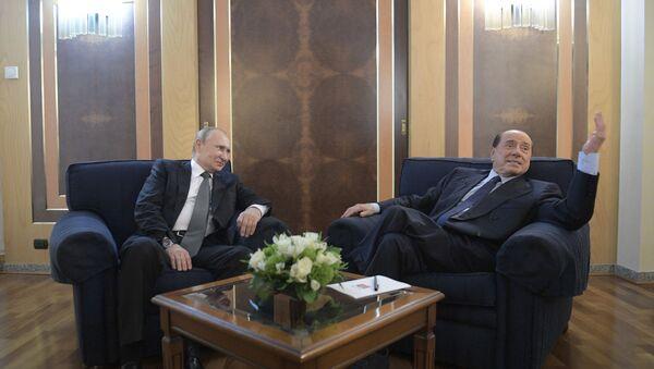 Председник Русије Владимир Путин и бивши италијански премијер Силвио Берлускони током састанка на аеродрому у Риму - Sputnik Србија